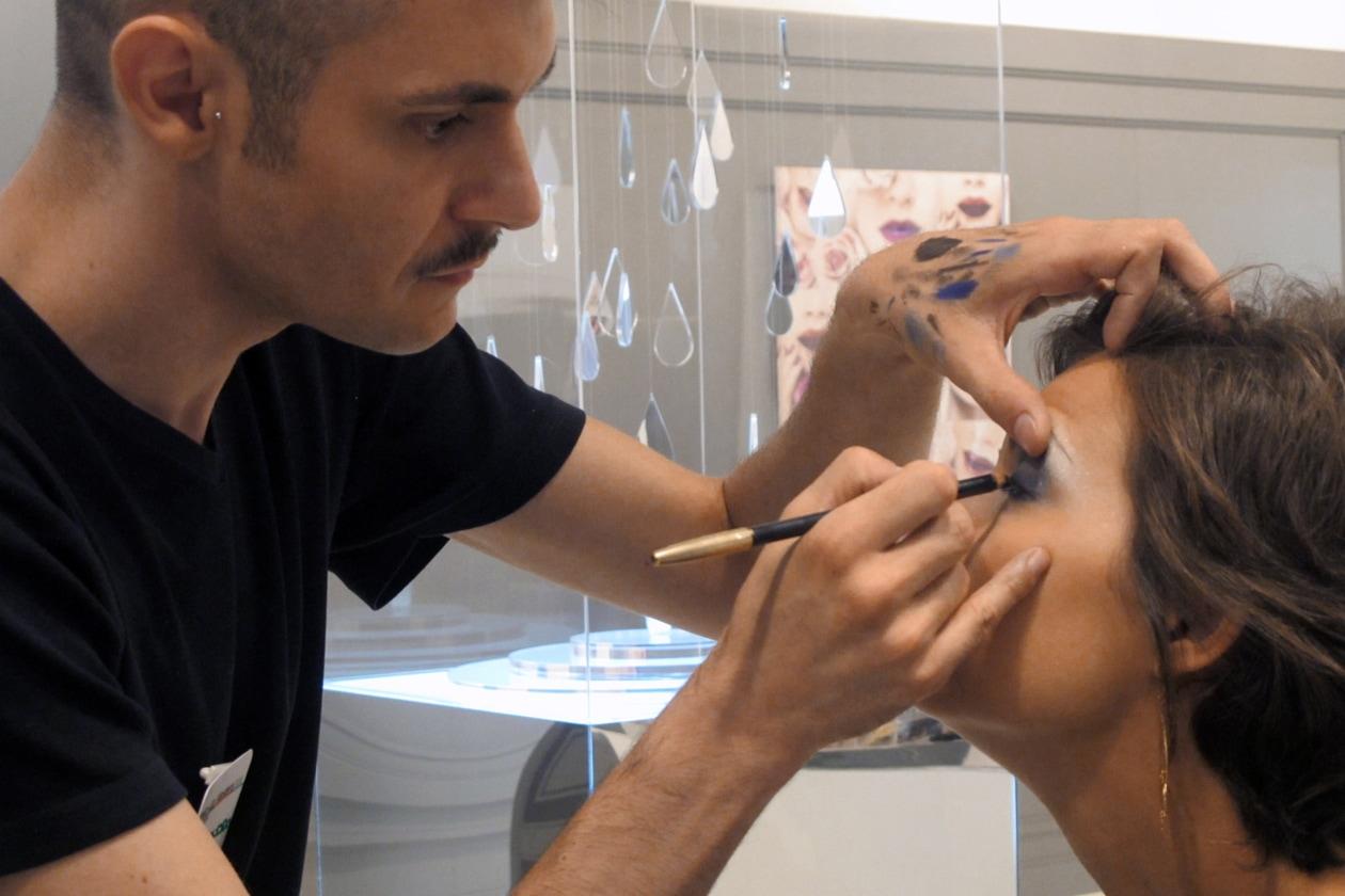 Alessandro Ferri sottolinea con una matita lo sguardo di Elisa Losio