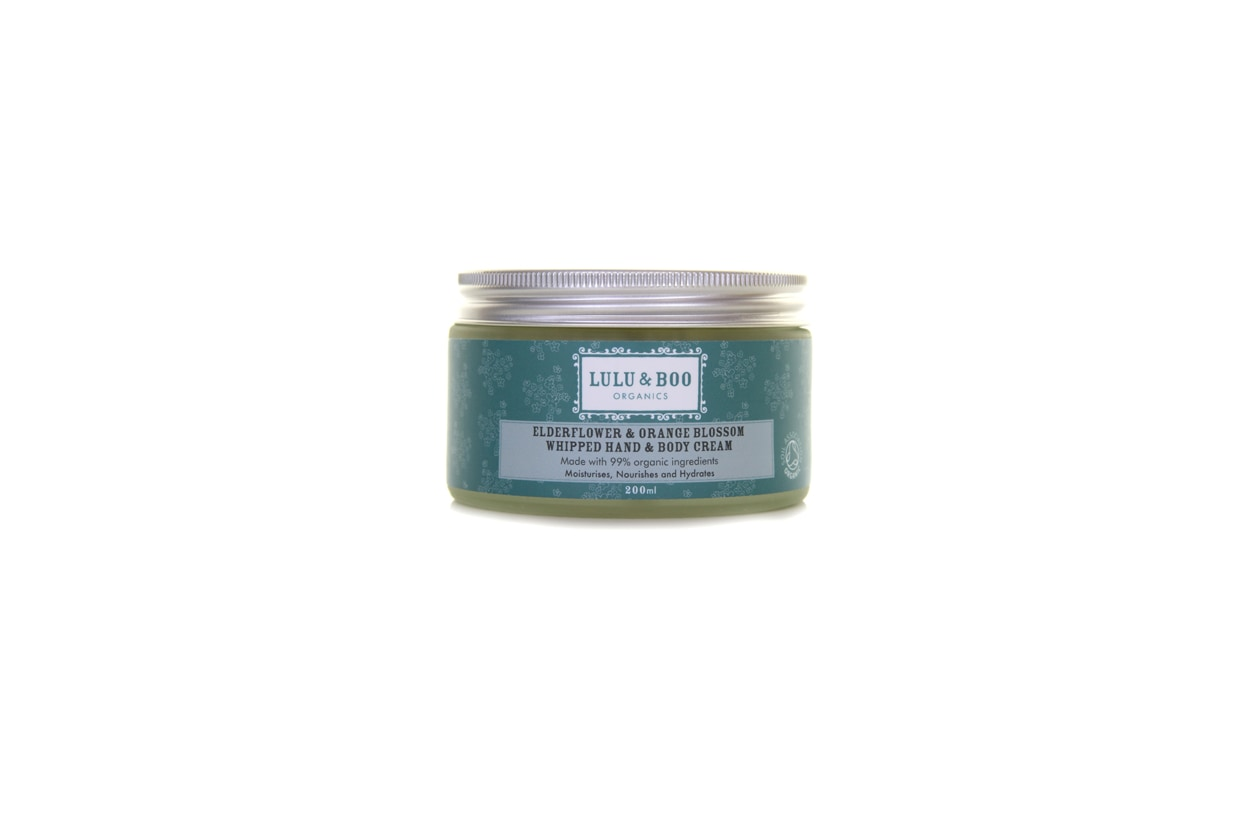Elderflower & Orange Blossom Whipped Hand and Body Cream di Lulu & Boo Organics è una ricca mousse nutriente che idrata in profondità mani e corpo