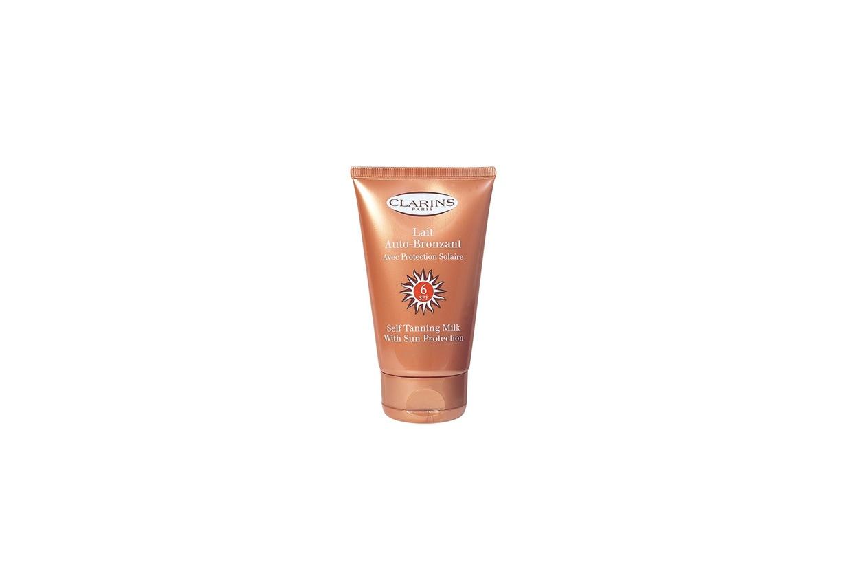 Ideale per rinforzare il colorito, Lait Auto-Bronzant SPF 6 di Clarins è un latte autoabbronzante con protezione solare ideale per tutti i tipi di pelle