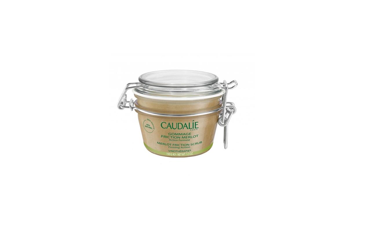 Il Gommage Friction Merlot di Caudalie contiene zucchero di canna, olio d'uva e oli essenziali di menta dolce e pino douglas