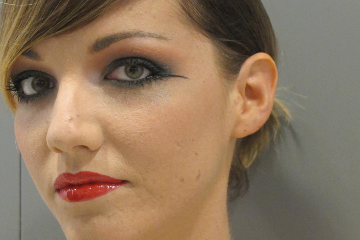 Il rosso è protagonista sul viso di Giulia Benini