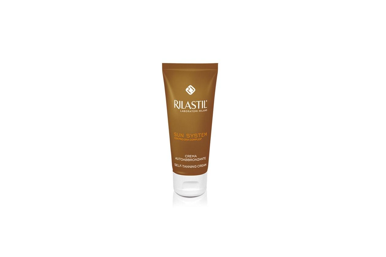 Rilastil Sun System Crema Autoabbronzante è ideale sia per il viso sia per il corpo: la sua texture è vellutata e facilmente spalmabile