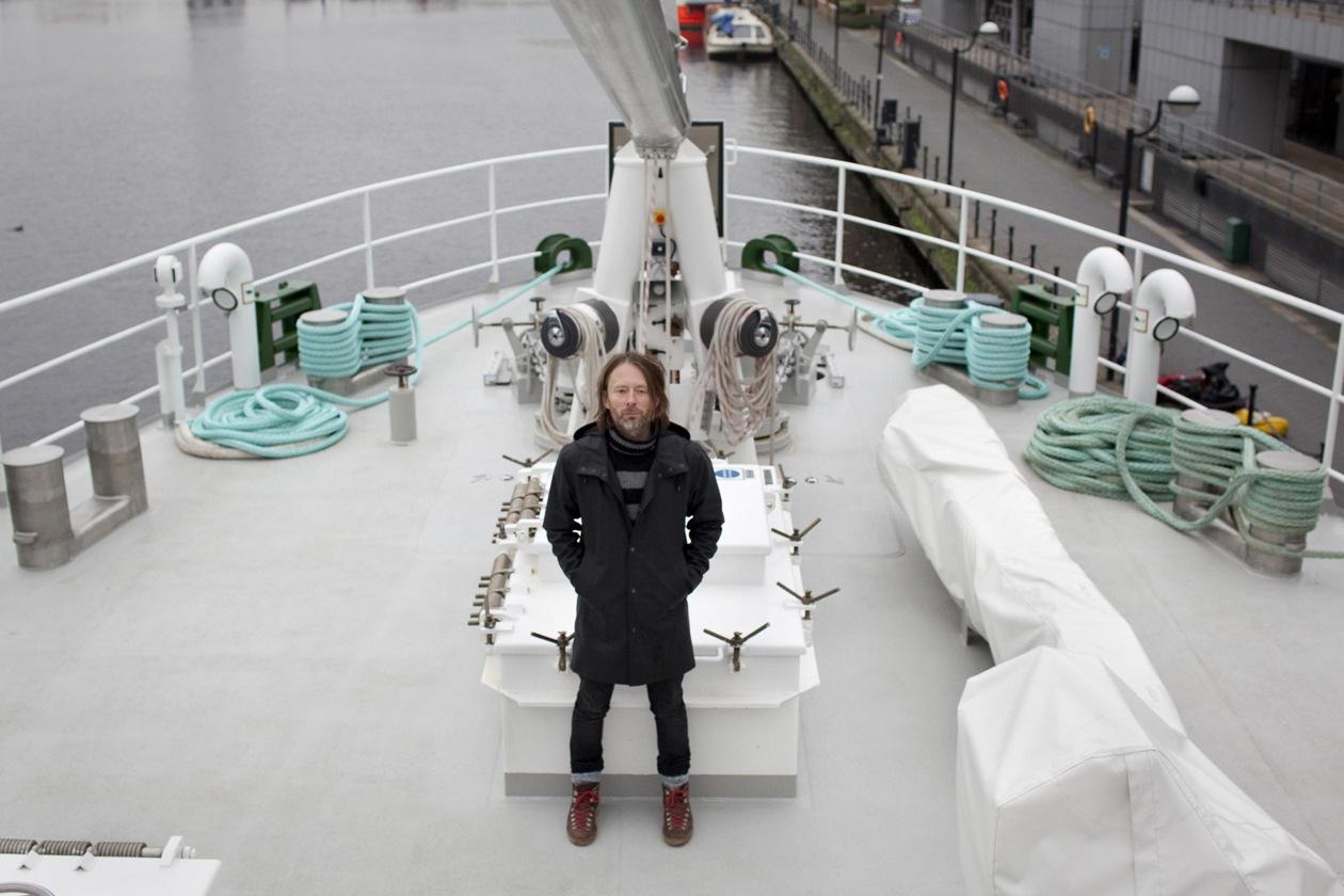 Thom York leader dei Radiohead a bordo della nave di Greenpeace Rainbow Warrior III 2