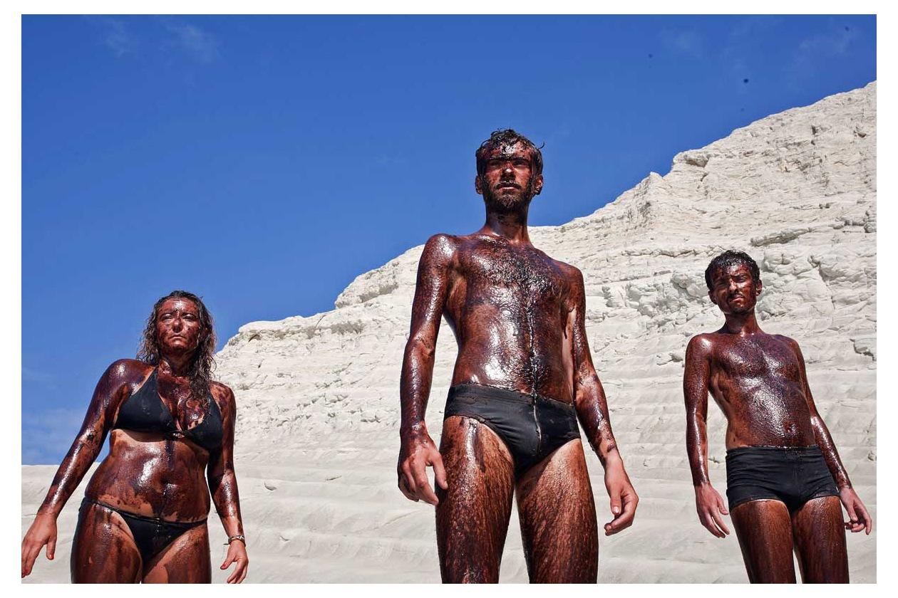 """Attivisti di Greenpeace """"neri contro le trivelle"""" nella spiaggia di Scala dei Turchi"""