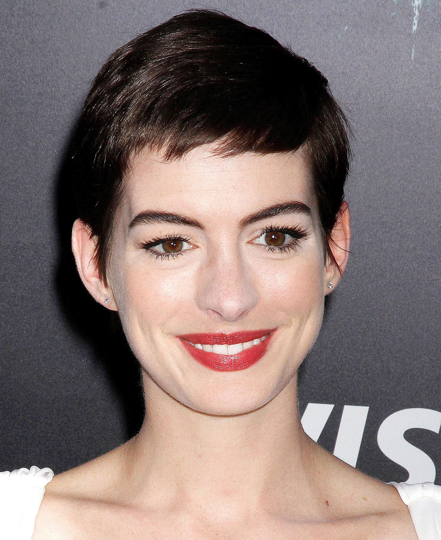 Anne Hathaway sfoggia con disinvoltura il suo nuovo look che segna l'addio definitivo alla lunga chioma