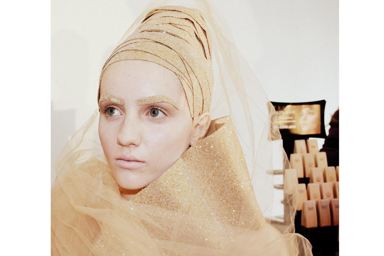 Gold all over per la modella di Illamasqua