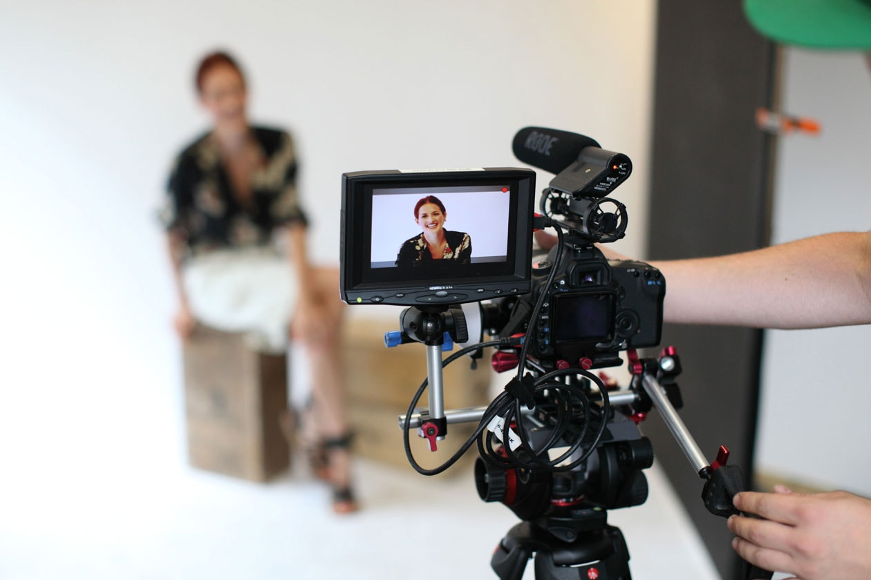 Taylor Tomasi Hill in video per Equipment