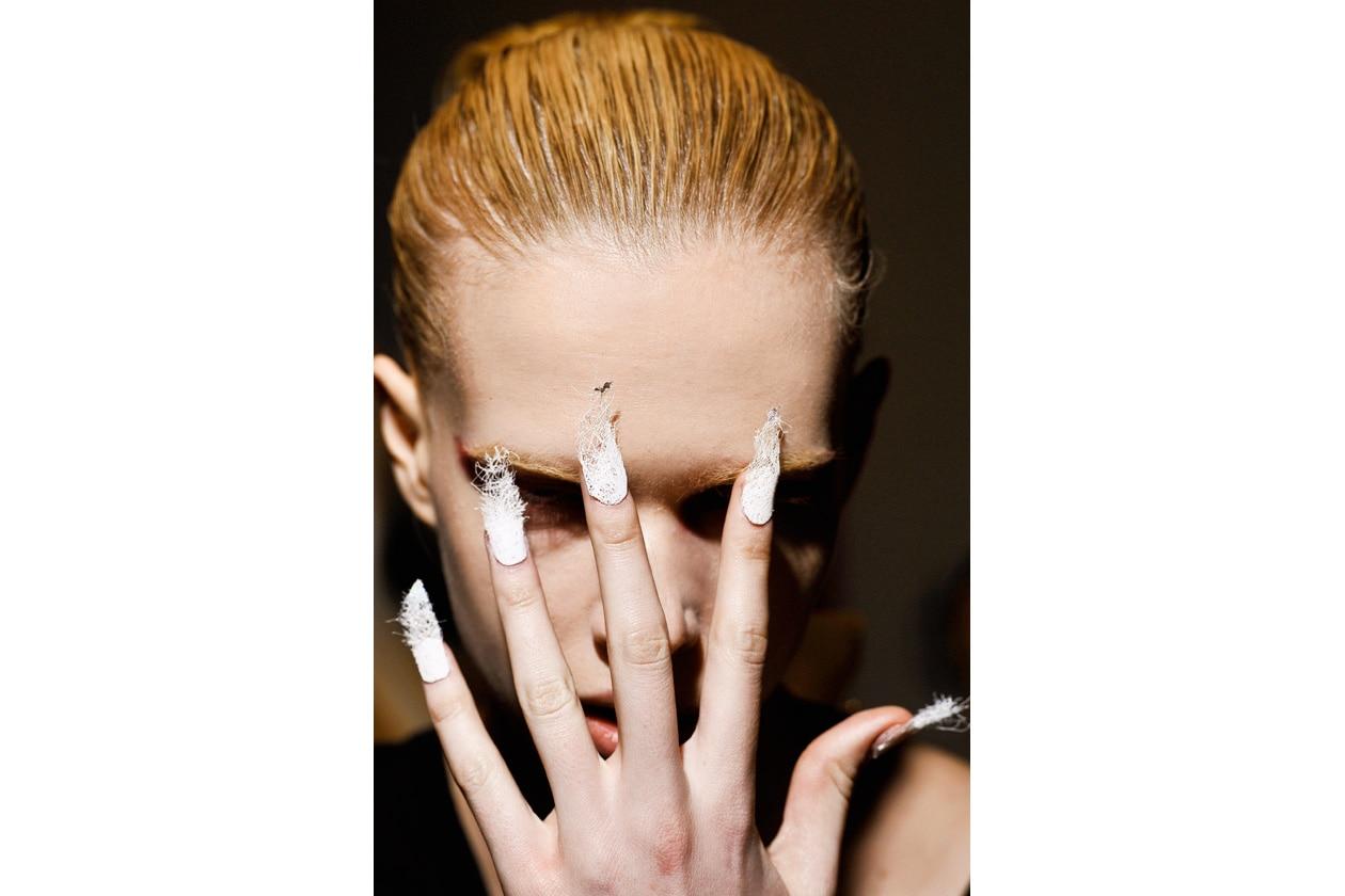 Bianche effetto strega le unghie della modella di Mugler