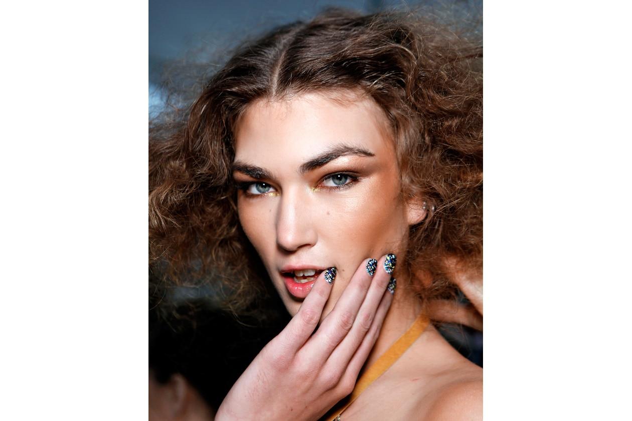 Colorate con effetto 3D le unghie della modella di Mara Hoffmann sono da… capogiro