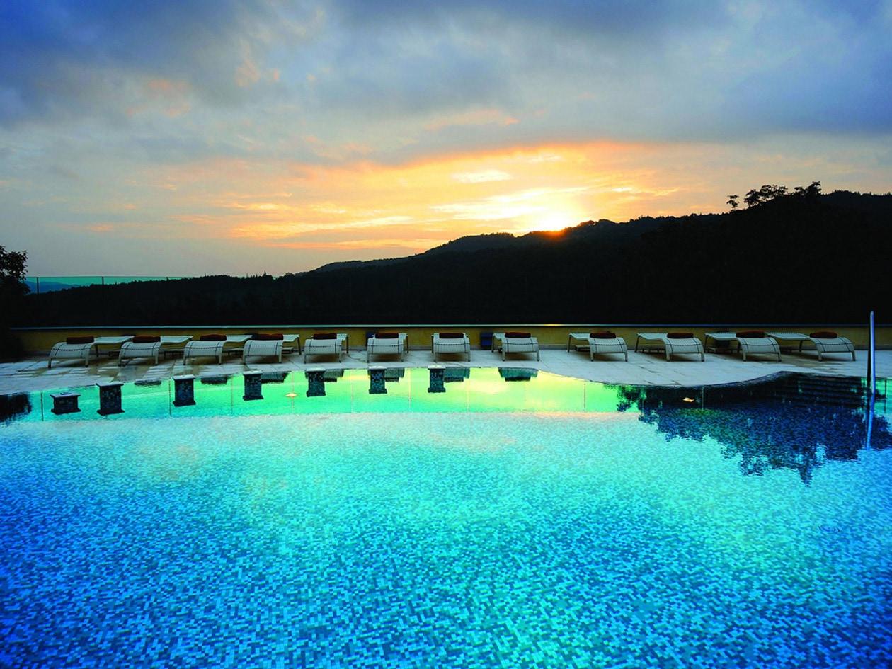 Godete la luce del tramonto dalla piscina esterna del Petriolo Spa Resort