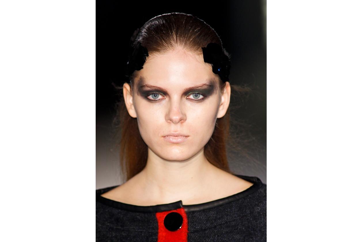 Jean-Charles de Castelbajac trasforma lo sguardo con un make up dal tocco scenografico;