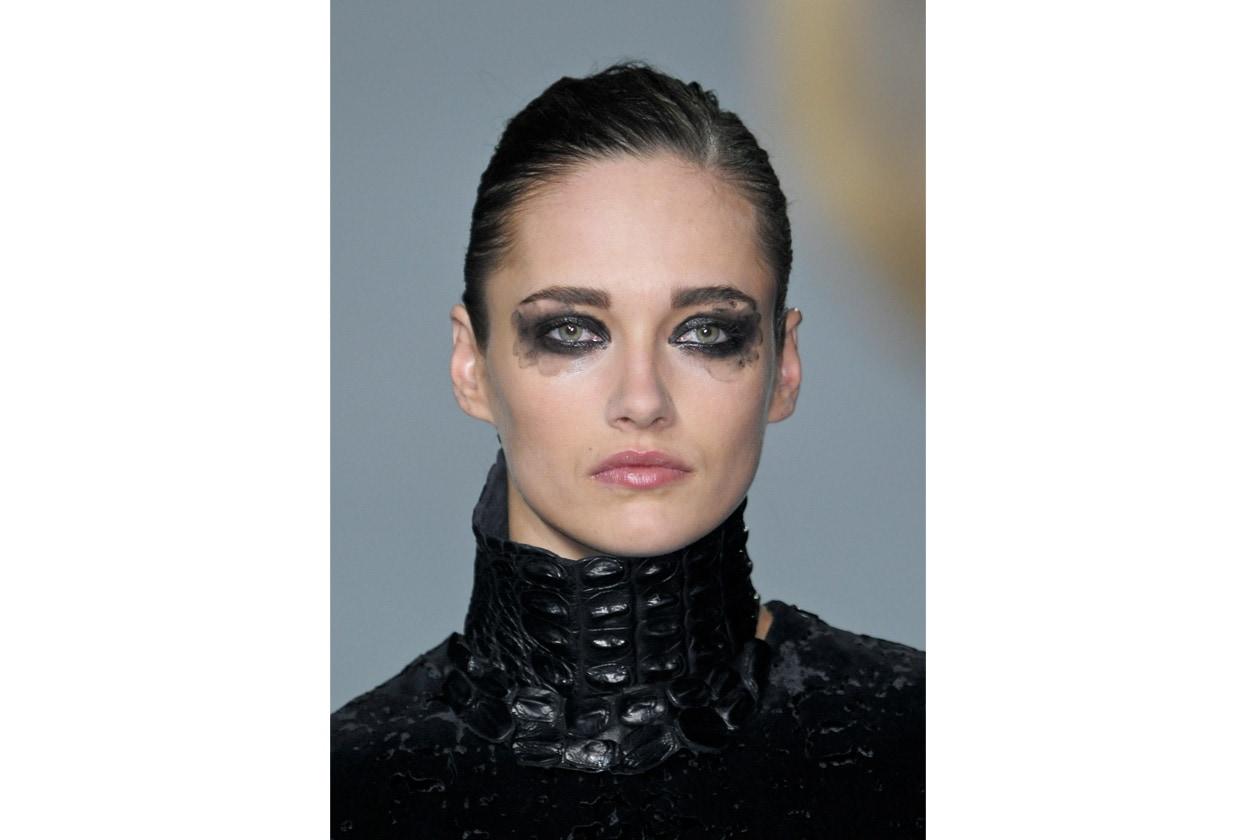 Kayne West decora gli occhi delle modelle come fossero farfalle
