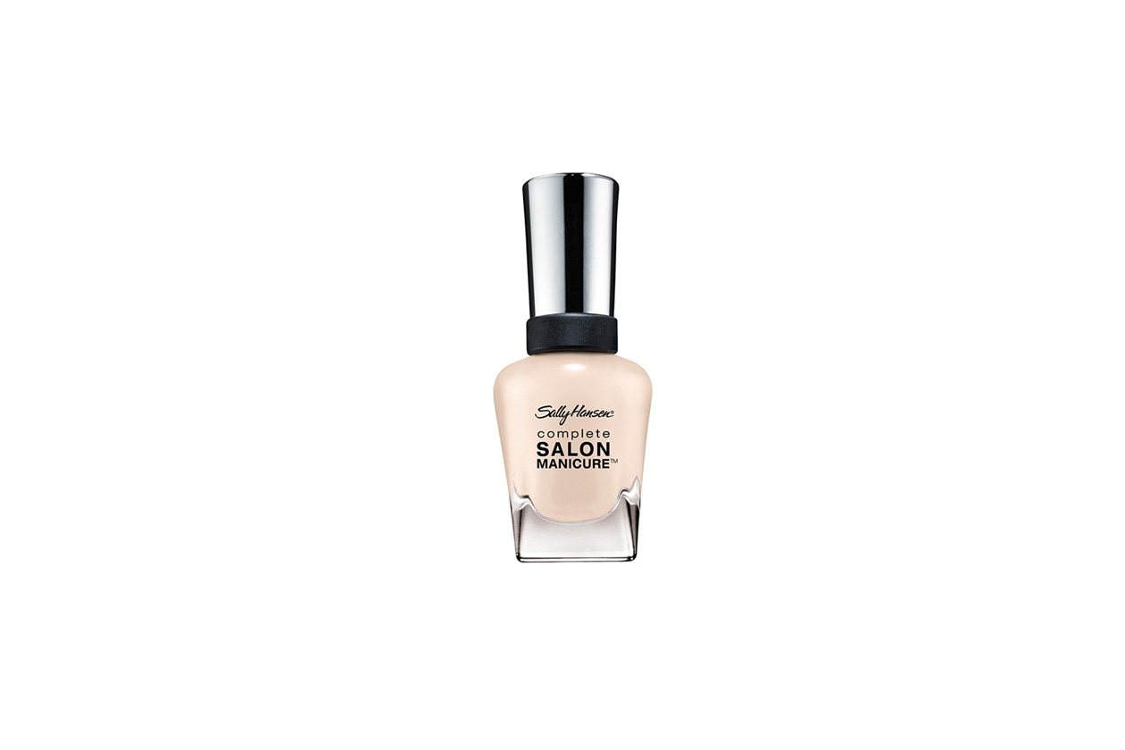 L'alternativa è una manicure con nuance delicate come lo Sheer Me Now di Sally Hensen