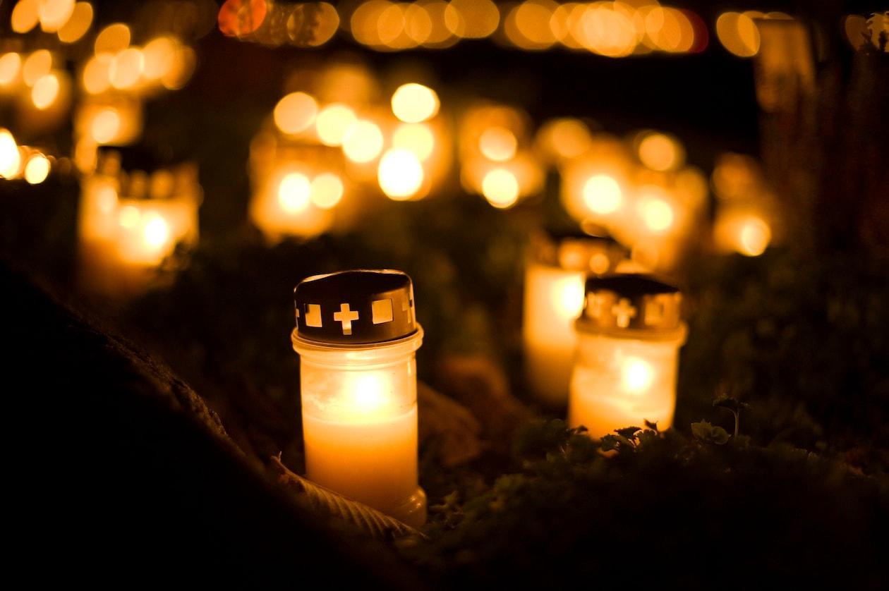 L'atmosfera ovattata dello Skogkyrkogården durante la notte di Halloween (foto Cecilia Larsson)
