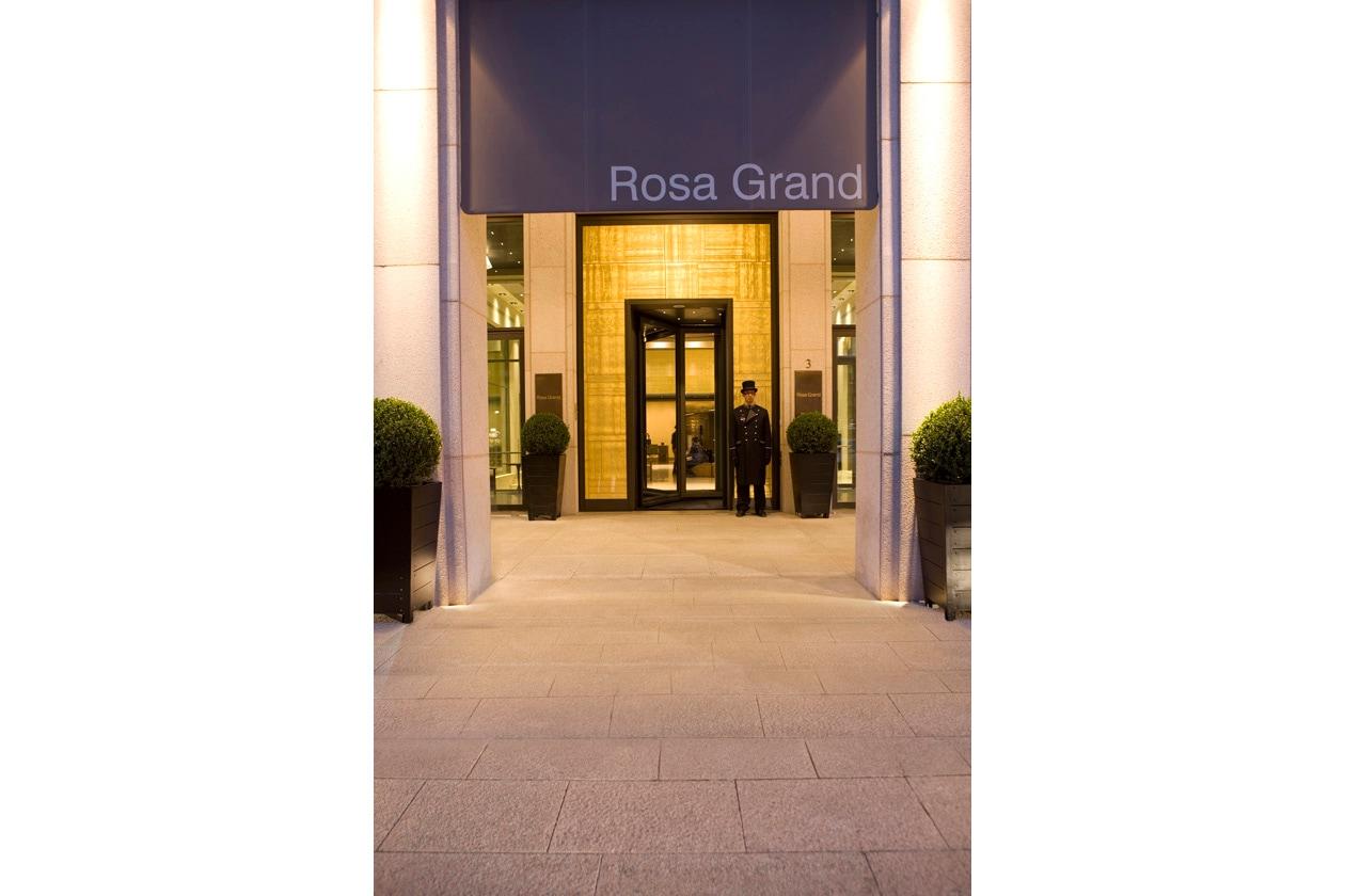 L'entrata del Rosa Grand Starhotel in Piazza Fontana