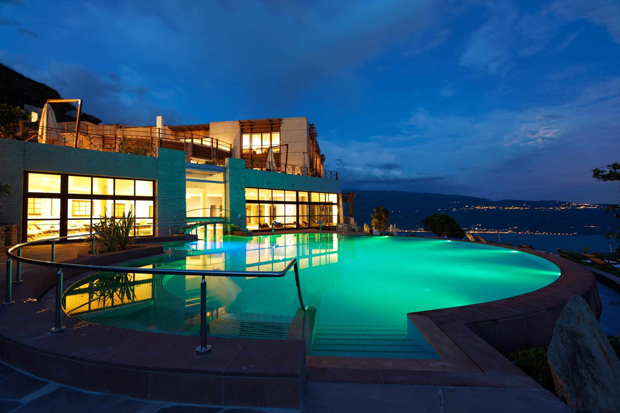 L'esterno di sera del Lefay Resort & Spa Lago di Garda di Gargnano