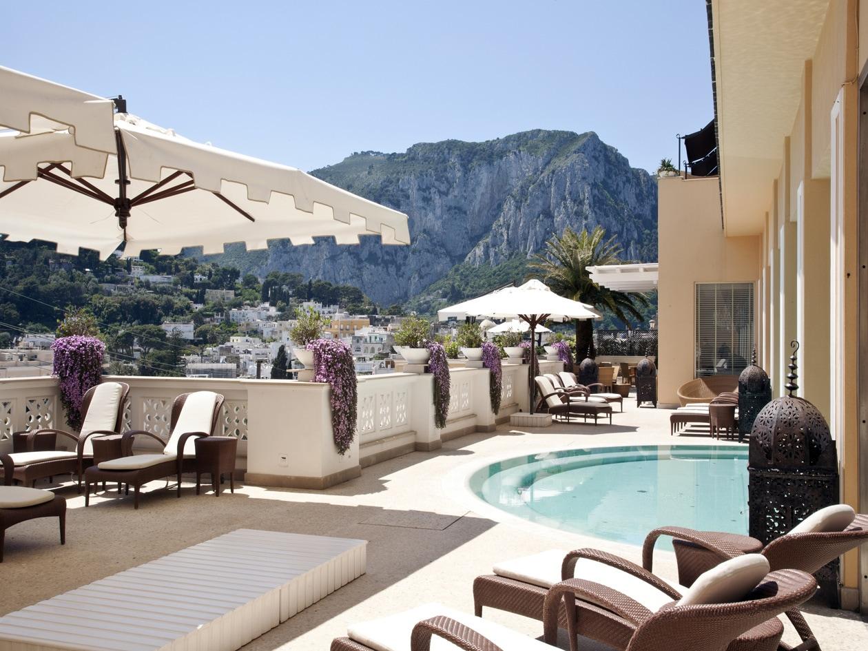La favolosa vista della piscina esterna del Capri Tiberio Palace