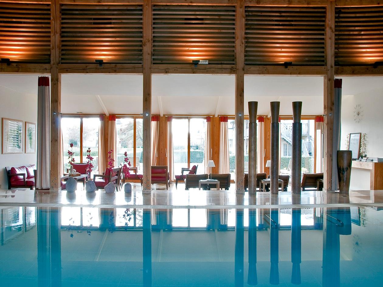 La piscina della Spa Caudalie ha una bellissima vista panoramica