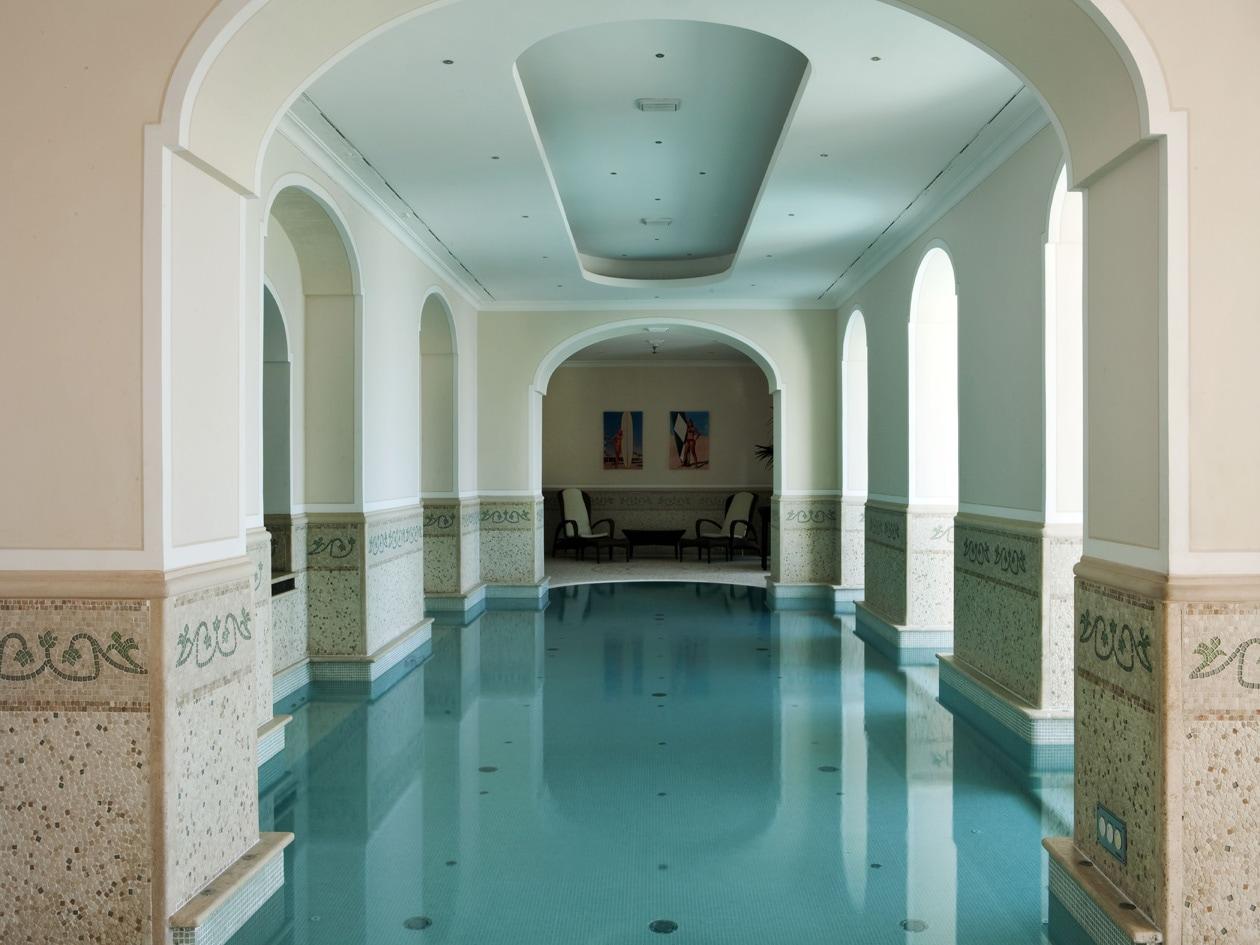La piscina interna del Capri Tiberio Palace tappa obbligata per l'idromassaggio