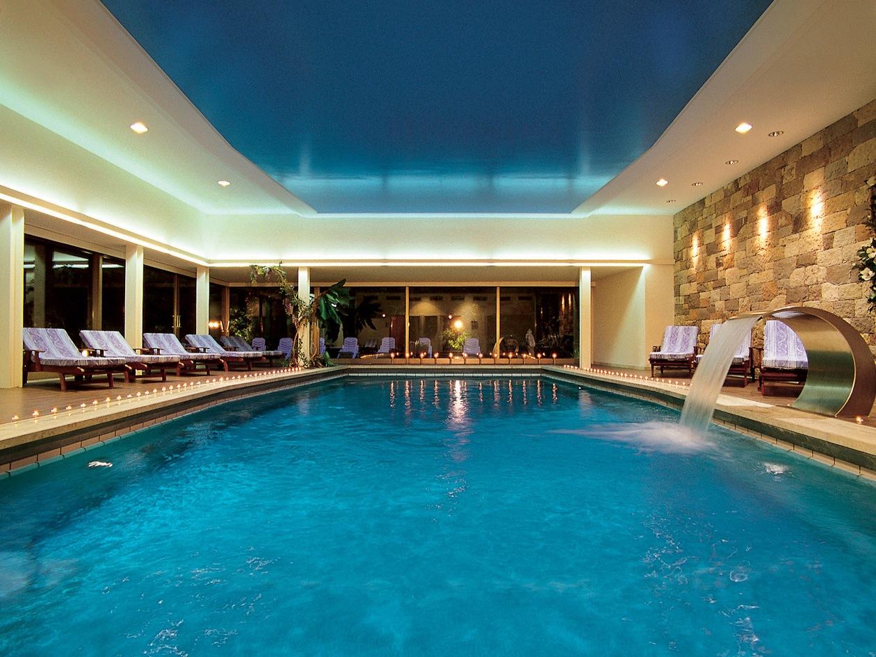 La piscina interna della spa del Belvita Hotel Adria riscaldata con getti a cascata