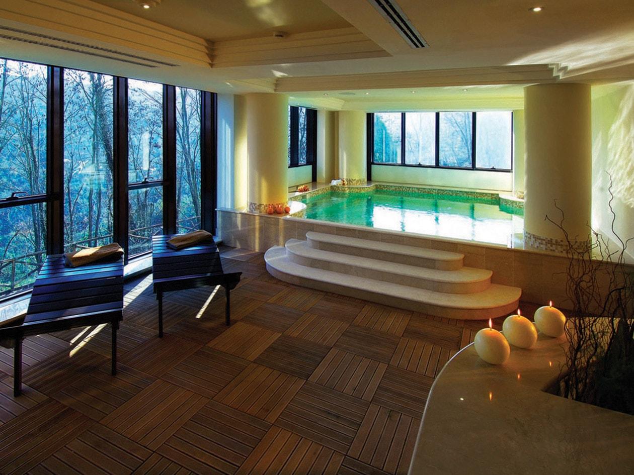 La vasca termale del Petriolo Spa Resort è circondata dalla natura