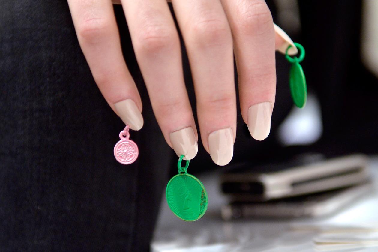 Le unghie raccolgono piccoli monili e microaccessori (Ashish)