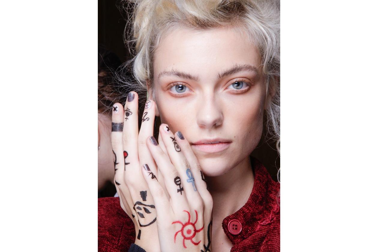 Mani che diventano tele da colorare con segni tribali e simboli (Vivienne Westwood Red Label)