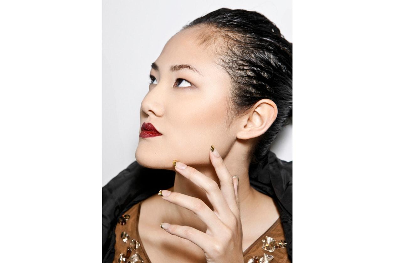 Per la sera nulla di meglio che una french manicure bicolor: nude e oro per un effetto chic (Behnaz Sarafpour),