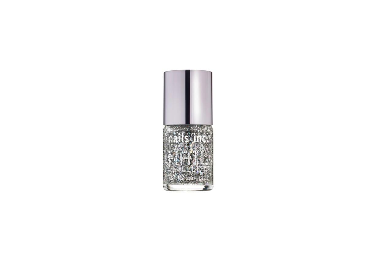 Se l'obiettivo è sfoggiare una mano ultra brilliant, lo smalto consigliato è Diamond Arcade Nail Jewellery di Nails Inc.