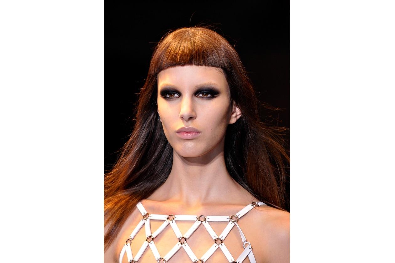 Sopracciglia schiarite per la modella di Versace