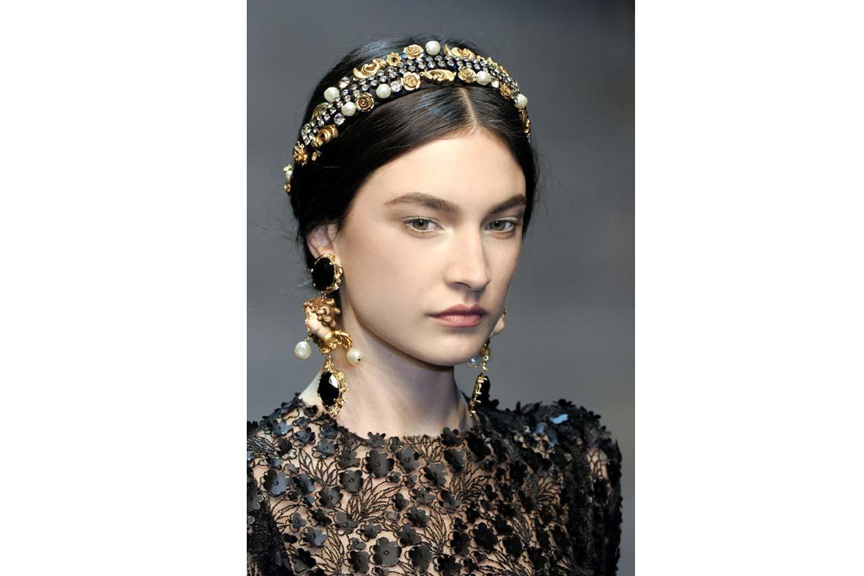 L'alternativa dal gusto barocco è quella di Dolce & Gabbana: una corona di perle, pietre e fiori incornicia il volto della modella