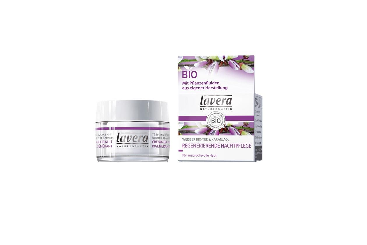 Ripara la pelle la crema notte rigenerante di Lavera con olio di Karanj e the bianco proveniente da commercio equo solidale