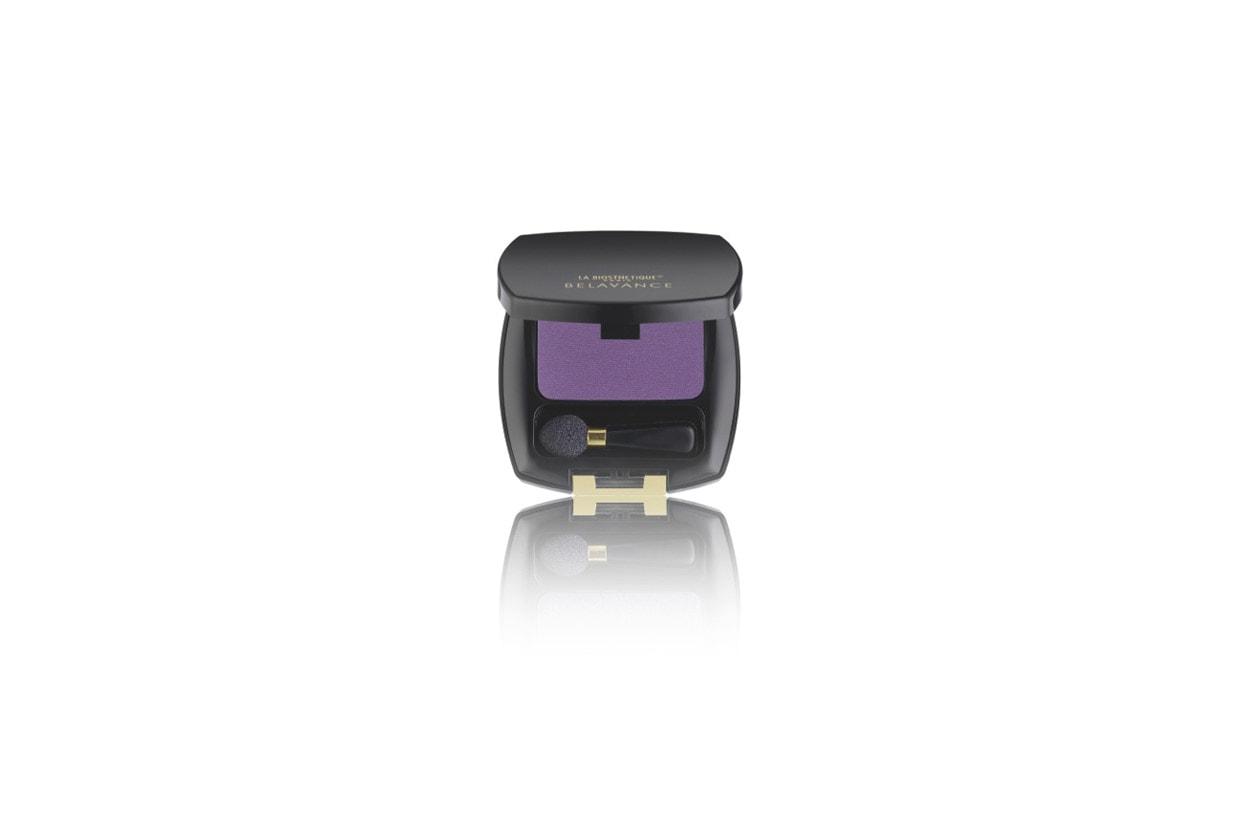 la collezione make up di La Biostetique comprende un nuance viola per gli occhi, la Magic Shadow Violet, da abbinare a un rossetto rosa lampone