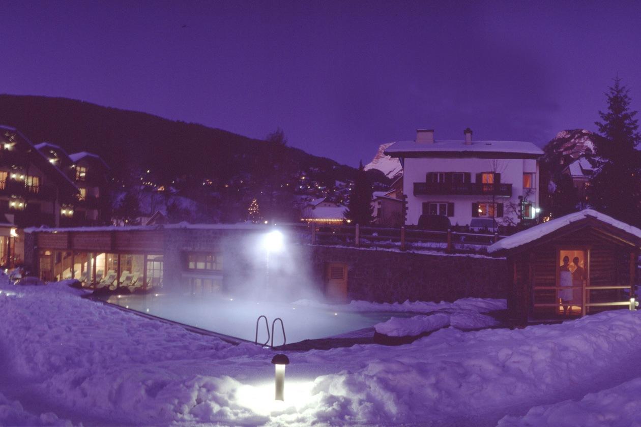 All'Hotel Angelo provate l'esperienza di un bagno caldo nel giardino invernale coperto di neve