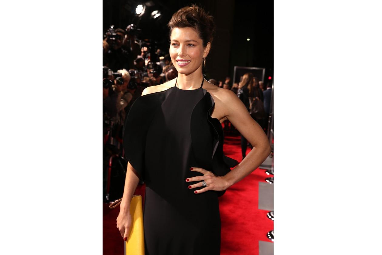 Blak dress & unghie rosse sul red carpet: Jessica Biel sceglie l'eleganza