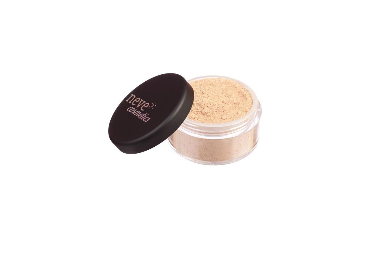 I fondotinta minerali garantiscono un'ottima coprenza e lasciano respirare la pelle. Per quelle chiare c'è il Light Warm High Coverage di Neve Cosmetics
