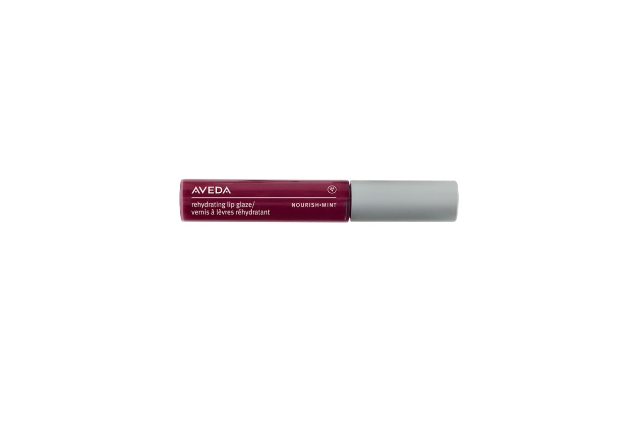 Il Rehydrating lip glaze Nourish Mint Nepali Berry di Aveda è ricco di agenti antiossidanti e idrata la labbra grazie agli estratti di frutta e olio di semi