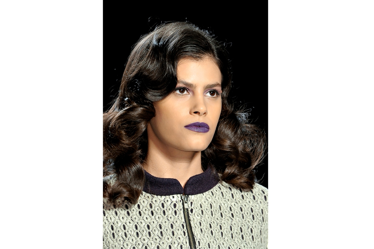 Il capello riccio più trendy è morbido, molto femminile, pulito, decisamente vintage (Emerson)