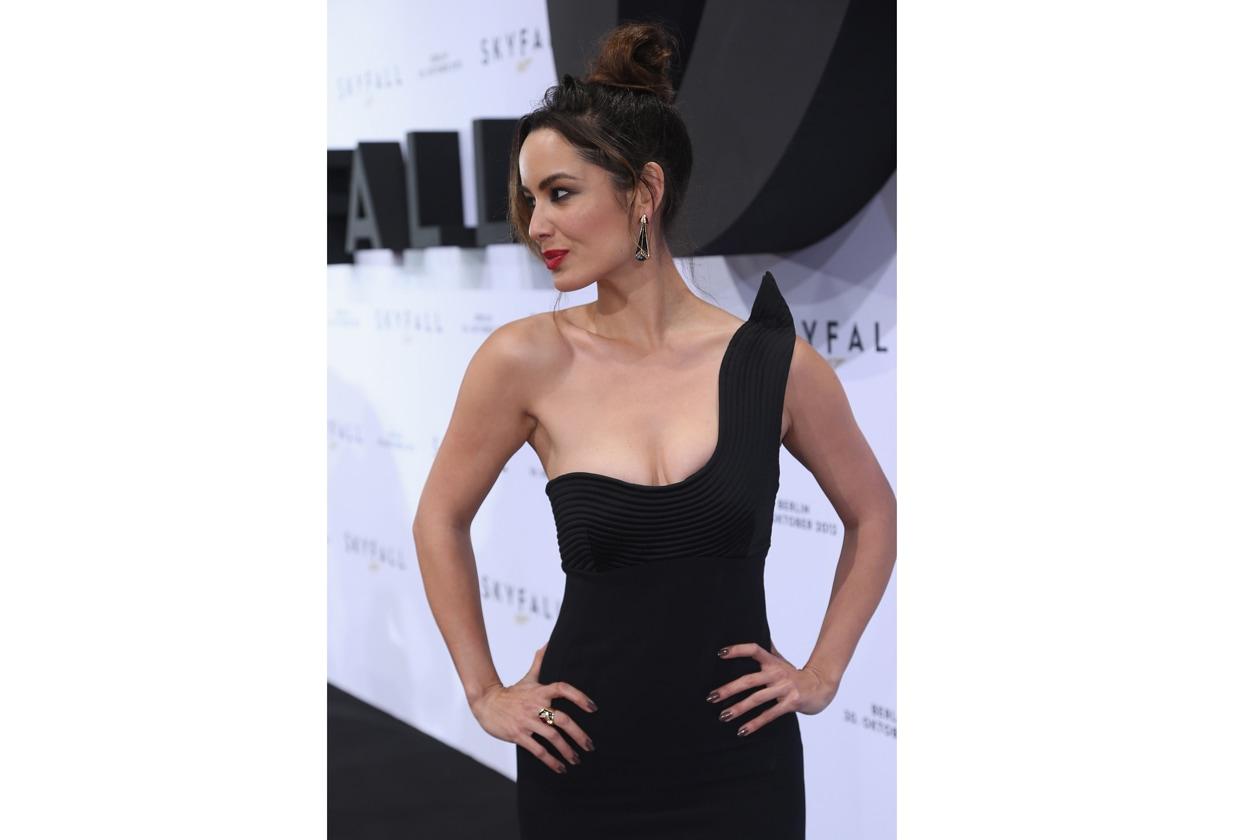 L'attrice di Skyfall, Berenice Marlohe, per la premiere della famosa pellicola sceglie una lacca grigio fango dall'effetto specchio