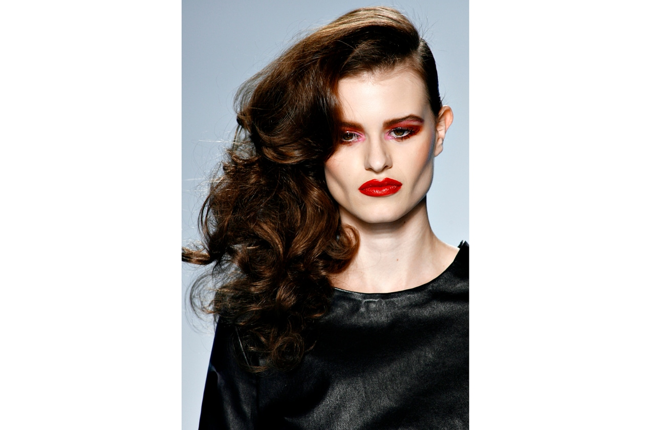 Look iper femminile per Philipp Plein che raccoglie i capelli su un lato