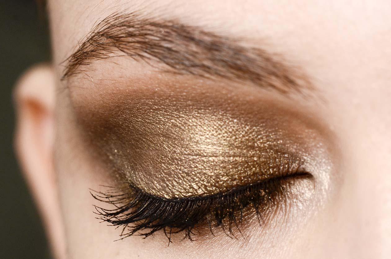 Non solo polveri opache. La stagione autunno/inverno 2012-13 si tinge di bagliori metal regalando un tocco di luce al make up (Reem Acra)