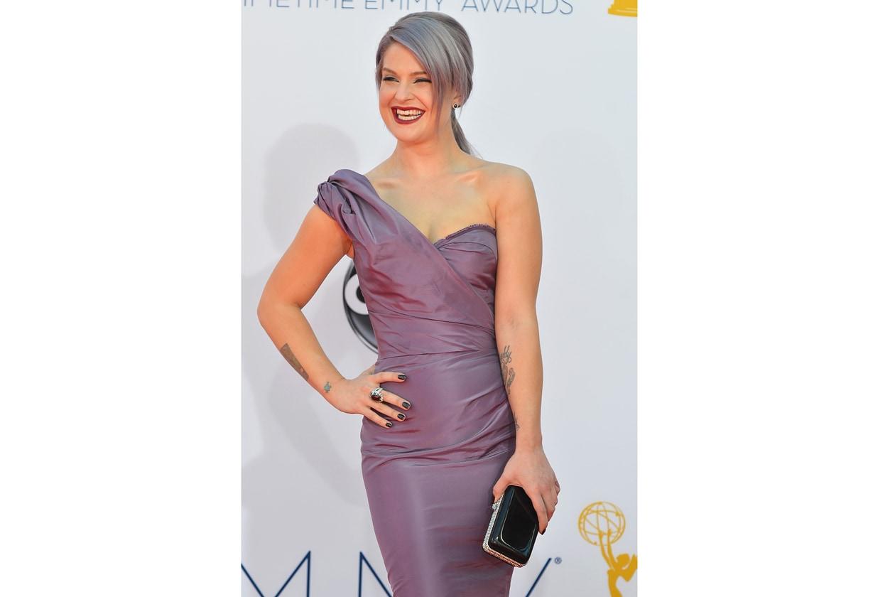 Per il red carpet degli Emmy Kelly Osbourne sceglie di abbinare una lacca black alla clutch
