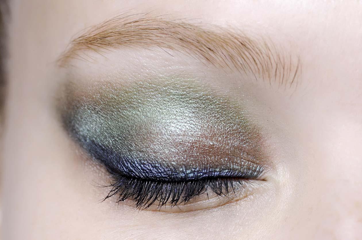 Un mix di polveri beige, marrone, verde e blu per la modella di Jason Wu