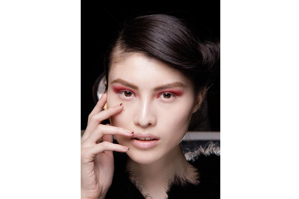Una french manicure diversa dal solito per la modella di Donna Karan