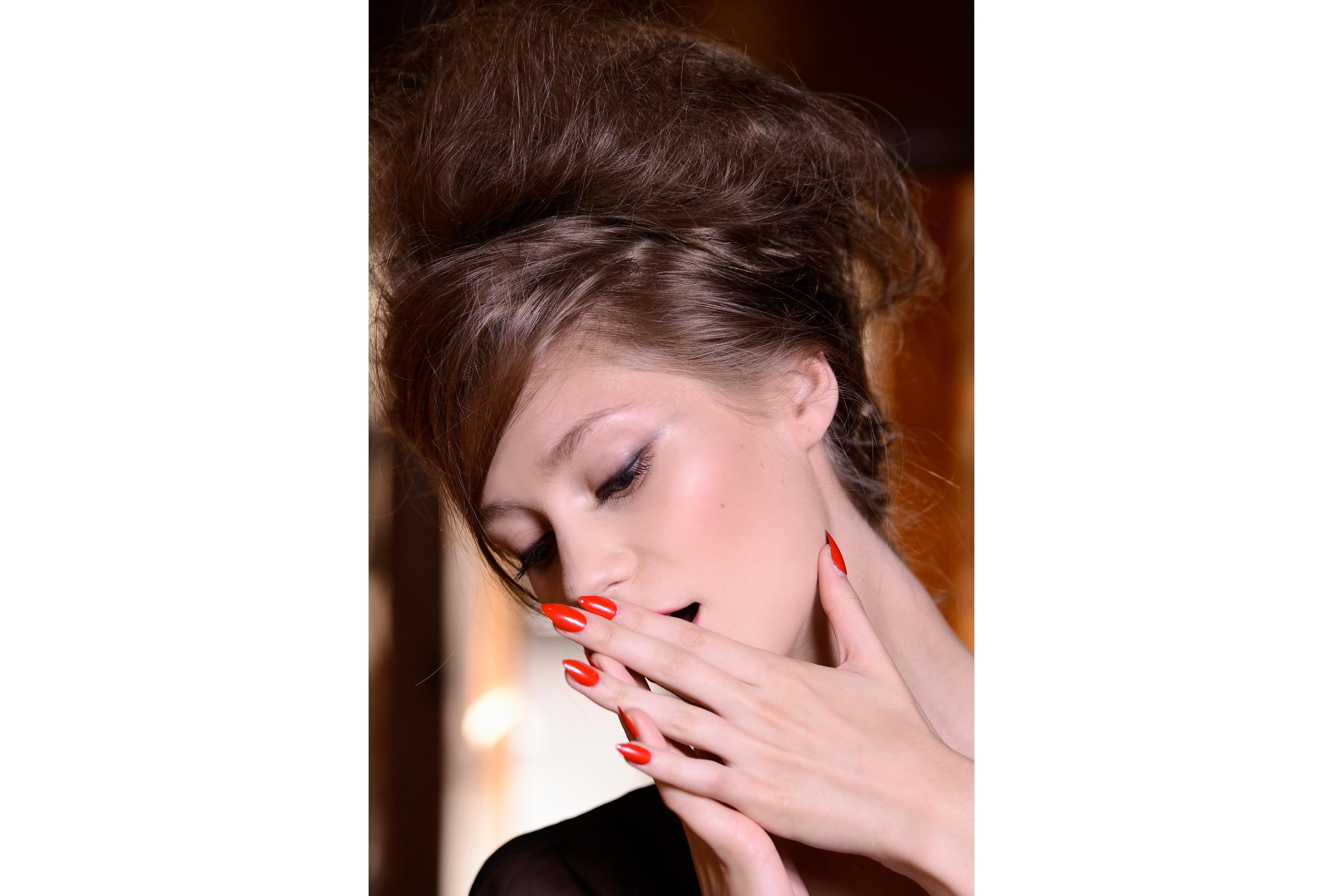 Unghie lunghissime laccate di rosso brillante per le donne che vogliono osare (Franck Sorbier)