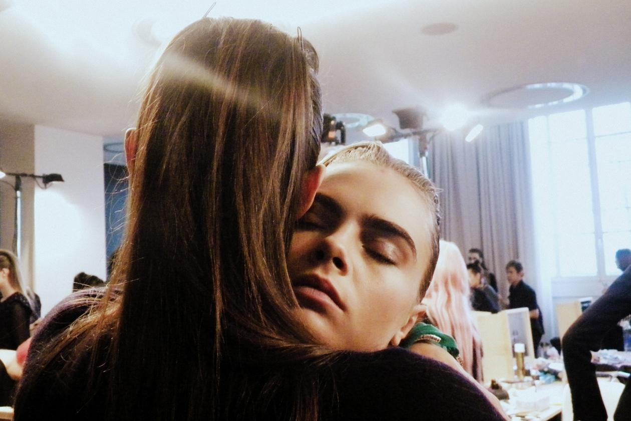 Aymeline Valade abbraccia Cara Delevingne