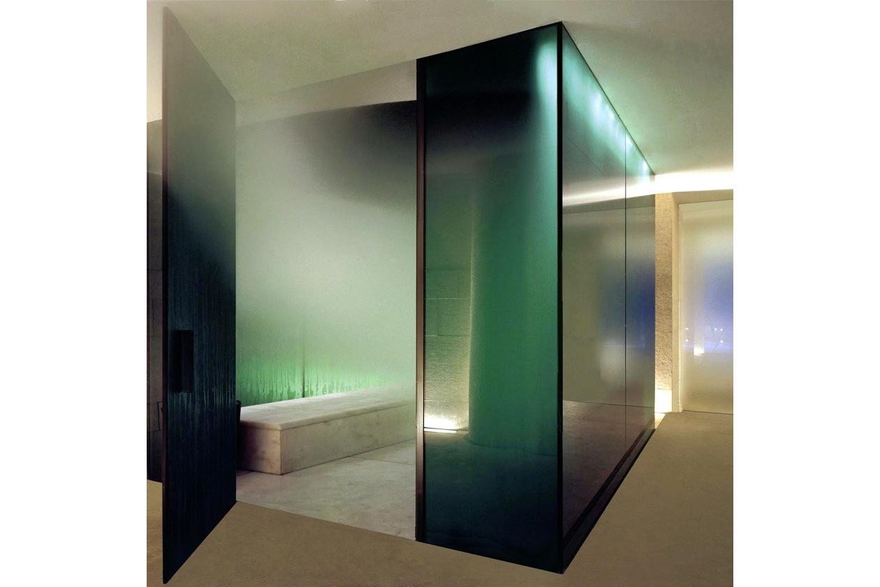 Benessere totale esaltato da un gioco di luci e colori che va dall'oro al verde smeraldo