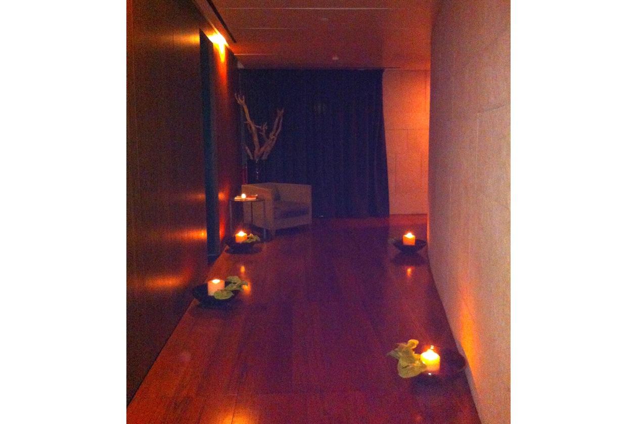 Candele e luci soffuse accompagnano gli ospiti alle cabine dove li attendono trattamenti personalizzati