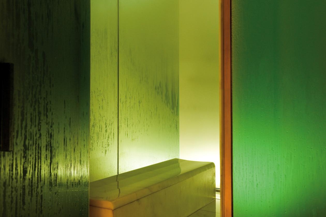 Colori soft caratterizzano le vetrate dell'Hammam