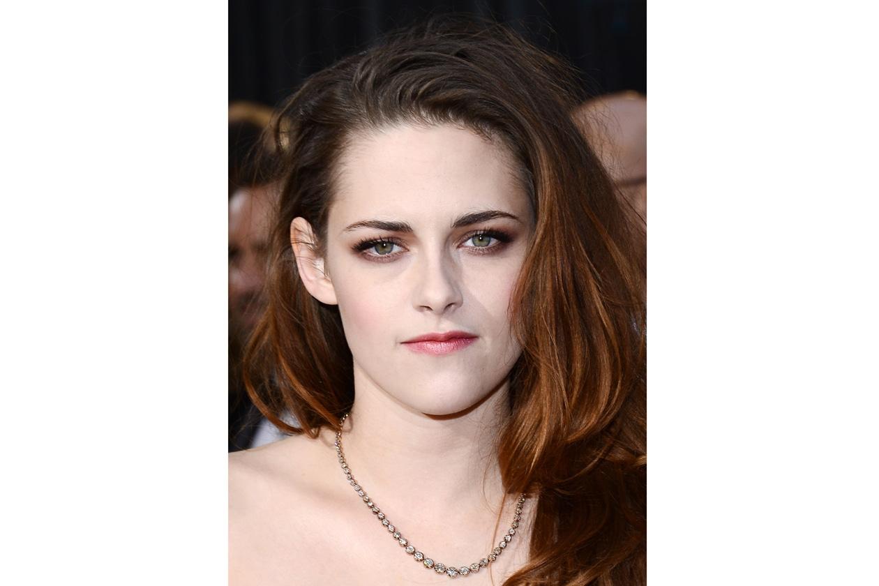 È il colore dell'inverno e sul viso di Kristen Stewart è perfetto: all'ex vampira va il premio per il miglior make up Burgundy